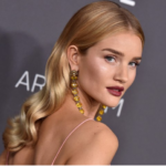 acconciatura a onde di sapore retro per Rosie Huntinghton-Whiteley